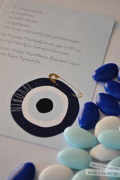 Λεπτομέρεια πρόσκλησης βάπτισης με θέμα το μάτι, με ανάγλυφη χρυσή παραμάνα. Greek MATI (evil eye) invitation, Evil Eye themed baptism invitation with gold foil stamped diaper pin detail | by www.zahari.gr