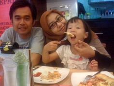 October 6th, 2012, Pizza Hut ITC, I and Ismi ate pizza with my family
