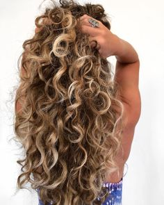 That CURL HAIR life! Yes yes, I know I'm obsessed. This is my curly hair ba… That CURL HAIR life! Yes yes, I know I'm obsessed. This is my curly hair balayage technique, CURL GRAB, Check out my video below ⬇️… Brown Curly Hair, Colored Curly Hair, Blonde Curly Hair Natural, Ombre Curly Hair, Curly Balayage Hair, Natural Curls, Curly Hair Buns, Color For Curly Hair, Long Curled Hair