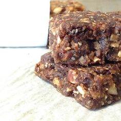 Les dattes et moi, c'est l'amour fou! J'en mangerais tous les jours et j'en ajouterais presque partout. En carrés aux dattes ou dans un pain aux bananes, en tartinades ou dans des barres de noix. À l'approche de la rentrée, je vous partage ma recette de barres énergétiques aux dattes et aux noix. Elles sont idéales comme collation ou comme dessert à emporter. Ces barres, à l'exception des pépites de chocolat, ne contiennent pas de sucre ajouté, mais elles sont pourtant bien sucrées.... Yummy Snacks, Snack Recipes, Cooking Recipes, Yummy Food, Sugar Free Desserts, Cookie Desserts, Breakfast Bars, Health Snacks, Healthy Cookies