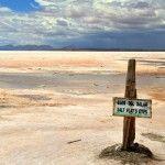 Salar de Uyuni este considerat cel mai intins desert de sare din lume. Este un loc extraordinar, unde conditiile meteo sunt adesea extreme. In sezonul ploios, desertul se inunda cu apa, formand o uriasa oglinda, folosita de sateliti pentru calibrarea echipamentelor de telemetrie. Salar De Uyuni