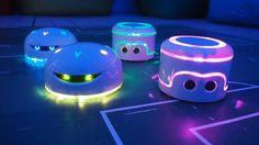 Wie schön unsere Roboter leuchten sieht man im Dunkeln besonders gut.  Bis Samstag könnt ihr sie hier noch erleben!