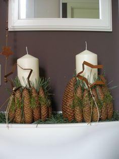 Weihnachtsdeko mit Kerze und Zapfen                                                                                                                                                                                 Mehr