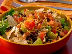 This Beef Taco Salad With Chunky Tomato Dressing recipe uses lean ground beef, fresh tomato salsa and a sprinkling of cheese to transform a salad that's typically loaded with fat and calories Mexican Salads, Mexican Food Recipes, Mexican Dishes, Chili, Spiced Beef, Boite A Lunch, Healthy Salad Recipes, Healthy Dinners, Weeknight Dinners