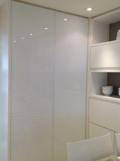 armário sem puxadores com vidro leitoso para portas buffet