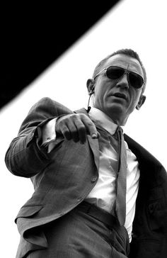 Daniel Craig as James Bond in Skyfall wearing a tight fitting grey sharkskin suit by Tom Ford. Daniel Craig James Bond, Craig Bond, Rachel Weisz, Estilo James Bond, James Bond Style, Gentleman Mode, Gentleman Style, Daniel Graig, Skyfall