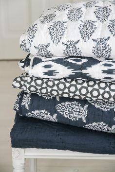 Chhatwal & Jonsson | Överkast Quilted Cotton/Voile Ikat Jodhpur Offwhite/Navy | Matilde & Co | Handla online