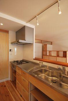 扉をつけなければ、造作キッチンは安いて書いてあるけど、それだったらいいよねー 厚さ1ミリの特注ステンレスヘアライン天板を使った造作キッチン:『本棚ベッドのあるワンルーム空間の塗り壁の住まい』大阪府茨木市