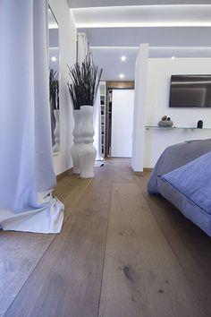 """Das Premium Schlafzimmer im MEISTER-Musterhaus mit Lindura Holzboden in """"Eiche goldbraun"""" und Dekorpaneelen Terra im Dekor """"Shape"""" #Wohnen #zuhause #Boden #Modern"""