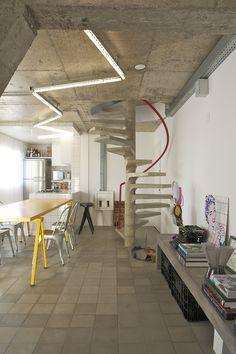 Concrete spiral stairs. FLODEAU.COM Estudio Guto Requena Harmonia apartment.