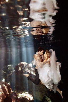 ¿Quieres una sesión muy diferente y atrevida? Algunas fotos al estilo Trash the Dress te encantarán, alguna playa o cenote de Yucatán sería la locación perfecta. #Wedding #Ideas #photo #ideas