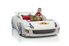 Fives weiß ist ein Kinderbett in der Form eines Rennwagens.