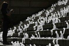 1 000 sculptures de glace à Berlin Oeuvre de l'artiste Nele Azevedo qui entend attirer l'attention sur le changement climatique