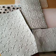 """Versuch mit Resten von SnapPap...mit der BigShot GEPRÄGT - find ich sehr cool. SnapPap-Nachschub ist grad in der Waschmaschine "" Fabric Bags, Fabric Paper, Diy Paper, Paper Crafts, Diy Projects To Try, Sewing Projects, Vegan Wallet, Homemade Toys, Travelers Notebook"