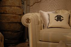 Non un divano, ma un lussioso trono quello che propone Roberto Cavalli. #robertocavalli #cavalli #Farsi avvolgere da una sedia. #interiordesign #sedia #chair #relax #livingroom #seat #lounge #lusso #luxury #gold #oro #sofa #divano