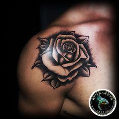Tatuaje De Una Rosa En Entre El Pecho Y El Hombro Artista