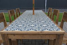 Beautiful restoration of an old garden table, dressed with cement tiles Tile Patio Table, Tile Top Tables, Tiled Coffee Table, Cement Table, Diy Table Top, Garden Table, Diy Outdoor Table, Outdoor Dining, Outdoor Decor
