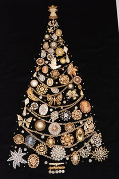 Framed Vintage Jewelry X'mas Tree - Please read carefully! This is a Framed Vintage Custome Jewelry Xmas tree made from pins, earings, - Costume Jewelry Crafts, Vintage Jewelry Crafts, Vintage Costume Jewelry, Vintage Costumes, Jeweled Christmas Trees, Xmas Tree, Bijoux Art Deco, Jewelry Tree, Diy Jewelry