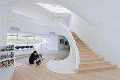 schody jasne drewno biała poręcz