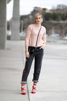 tendance mode rouge rose / red pink fashion trend - jean brodé - chaussures talons rouges laçées - pull nude - Blog mode Lyon Artlex