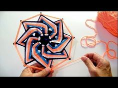 Mandala Espiral 2 -Aula ao Vivo com Tamie Saita - Recomendações - YouTube Diy Necklace Macrame, God's Eye Craft, Gods Eye, Diy Scarf, Loom Bands, Rainbow Loom, Fabric Jewelry, Loom Weaving, Weaving Techniques