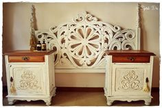 Especatcular! Respaldo para cama de dos plazas con maravillosa talla calada hindú, que pintamos en blanco y decapamos.     Mide 1.50m. P...