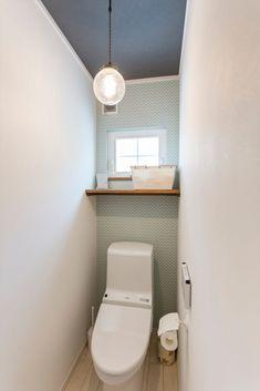 トイレ – ldkにキッズスペースのあるプロヴァンススタイルの家: ジャストの家が手掛けた浴室です。   homify Small Space Design, Small Space Living, Small Rooms, Man Bathroom, Bathroom Toilets, Tatami Room, Plain Wallpaper, Toilet Room, Natural Interior