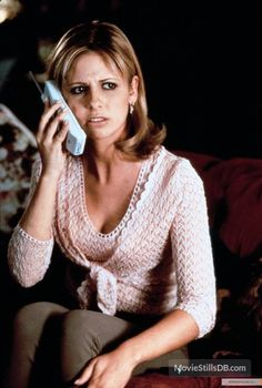 A gallery of 93 Scream 2 publicity stills and other photos. Featuring Neve Campbell, Courteney Cox, Sarah Michelle Gellar, Jerry O'Connell and others. Scream 2, Scream Movie, Scream Queens, Sarah Michelle Gellar Buffy, Scary Movies, Horror Movies, Halloween Movies, Halloween Costumes, Slasher Movies