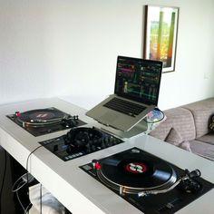 Check out this awesome Living Room Setup with Nice DJ Table and other cool DJ setup and booth. Recording Studio Home, Home Studio Music, House Music, Turntable Setup, Dj Dj Dj, Dj Stand, Dj Table, Dj Decks, Serato Dj