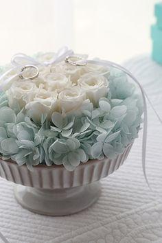 ダーズンローズのリングピロー サムシングブルー】12本のバラにはそれぞれ意味があり、「感謝・誠実・幸福・信頼・希望・愛情・情熱・真実・尊敬・栄光・ 努力・永遠」を象徴しています。 Ring pillow, Dozen rose, Something blue http://www.fleuriste-glycine.jp/