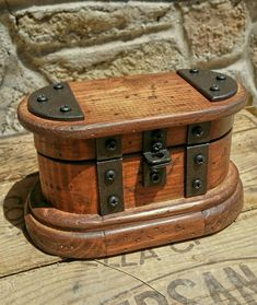 Old Wooden Boxes, Wooden Jewelry Boxes, Wood Boxes, Art Boxes, Creative Box, Cafetiere, Watch Box, Handmade Furniture, How To Antique Wood