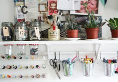 No escritório, Katy coloca em prática toda sua criatividade e usa diversos materiais, como linhas e pincéis. (Foto: Divulgação/Katy Orme)