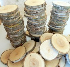 NEW - Wood Slices - 100 Blank White Tree Branch slices,Drilled - Tags Supplies - Wedding Supplies - Jewelry Supplies. 3 inches in diam. Tree Branch Crafts, Tree Branches, Tree Slices, Wood Slices, Woodworking Projects Diy, Wood Projects, Wooden Christmas Decorations, Foto Transfer, Wood Tags