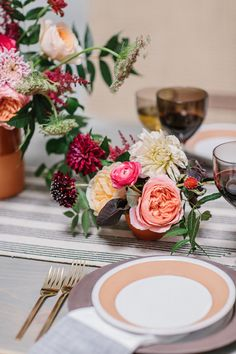 Organic bohemian wedding inspiration on 100 Layer Cake | Floral + Design: The Southern Table | Photo by Apryl Ann Photo | Dinnerware: Crate & Barrel | Linens: West Elm