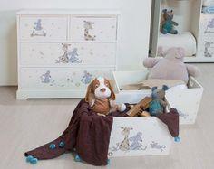 Cómoda con 4 cajones para la ropa de tus niños y set de 2 cajas de madera para que guarden sus juguetes.