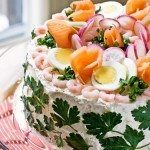 Smörgåstårta is a Swedish sandwich layer cake which was a common dish found in parties during the and is now becoming popular again. This particular cake consists of smoked salmon and böckling (smoked Baltic herring). How To Peel Shrimp, Veggie Cakes, Round Cakes, Smoked Salmon, Sour Cream, Sandwiches, Cooking Recipes, Dishes, Desserts