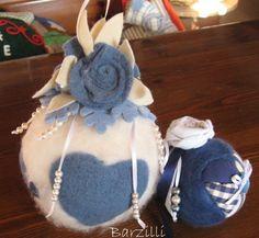 Palline calde in lana cardata e feltro Wet Felting, Needle Felting, Blue Christmas, Christmas Ornaments, Lana, Bucket Bag, Crafts, Ideas Para, Silver