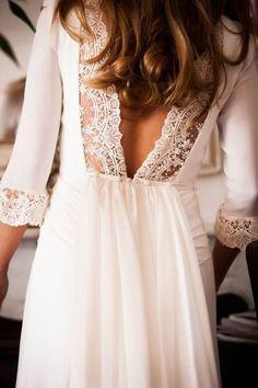 Seja nas costas, seja na frente, o decote do vestido de noiva pode receber os mais variados bordados, cortes e aplicações. Separamos aqui 50 que vão te tira