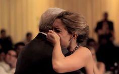 Noiva que perdeu o pai semanas antes do casamento ganha surpresa emocionante do irmão
