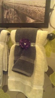 model home decor. How to fold and secure bathroom towels. Bathroom Towel Decor, Bathroom Colors, Bath Decor, Bathroom Curtains, Bathroom Ideas, Modern Bathrooms Interior, How To Fold Towels, Decorative Towels, Model Homes