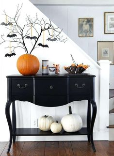 Halloween will arrive soon. Is it true that you are prepared to invite Halloween? Typically every Halloween arrives, people will be caught up with Halloween Entryway, Farmhouse Halloween, Chic Halloween, Vintage Halloween, Halloween Ideas, Halloween Magic, Halloween 2020, Halloween Projects, Halloween Stuff