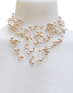 Collar Perlas checas corto. Alambres de acero inoxidable finos como cabellos, enhebrados con perlas