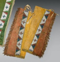Belle paire de jambières (Legging) Cheyennes du sud, U.S.A Fin XIXème siècle- Début du XXème siècle. Peau, perles L: 71 cm. Les jambières teintées sur deux bandes verticales, en ocre rouge et ocre jaune,… - Eve - 15/12/2014