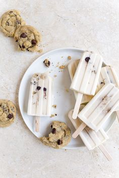 Milk and Cookies Popsicles. Yummy creamy popsicles with cookies inside ~ Dessert For Two Köstliche Desserts, Frozen Desserts, Frozen Treats, Delicious Desserts, Dessert Recipes, Breakfast Popsicles, Smoothie Popsicles, Smoothies, Yummy Ice Cream