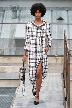 Chanel Spring 2020 Ready-to-Wear Fashion Show Chanel Spring 2020 Ready-to-Wear Collection - Vogue Ch Fashion Week Paris, Fashion 2020, Runway Fashion, High Fashion, Womens Fashion, Outfit Essentials, Fashion Show Collection, Couture Collection, Power Dressing