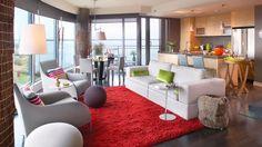 Les couleurs fruitées et les amtières texturées font vibrer le salon! Photo: Yves Lefebvre Un véritable style  jeune et printanier.