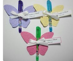 Butterfly favors using gel pens Jw Gifts, Party Gifts, Tea Party, Butterfly Birthday, Butterfly Party Favors, Creation Deco, Butterfly Crafts, Bird Crafts, Beach Wedding Favors