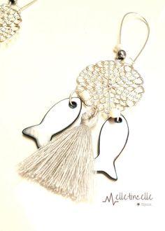 Boucles d'oreille estampe ronde argentée ,poissons en nacre et pompons gris, petites perles gouttes blanches