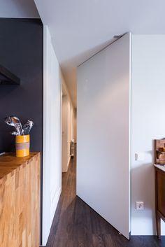 Pasillo con puerta medio cerrada en la cocina| Proyecto de reforma Moscou | Standal #reformas #piso #pasillos