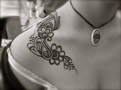 Neck henna. Again, excellent placement; compliments the clavicle bone as well as shoulder-breast flow.